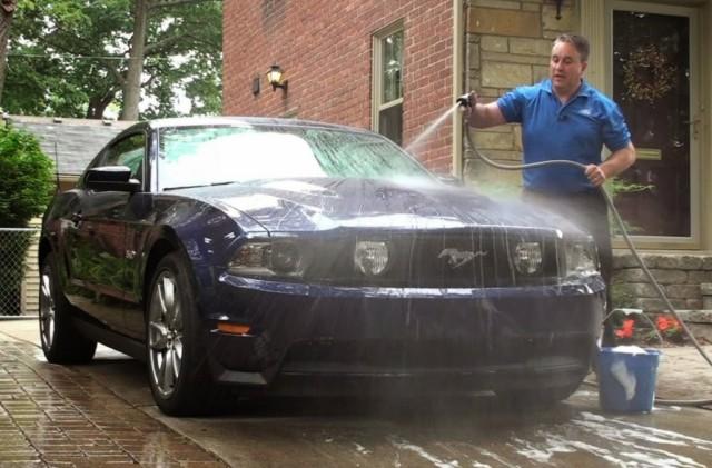Rửa xe ô tô bằng bột giặt và nước rửa chén